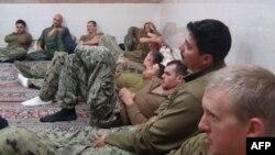 伊朗革命卫队公关部门2016年1月13日发布的美国水兵被伊朗革命卫队拘留期间的照片。