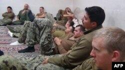 13일 이란 혁명수비군이 억류되었던 미 해군 병사들의 모습을 웹사이트에 공개했다.