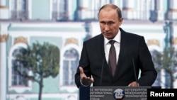 Президент России Владимир Путин выступил на Петербургском международном экономическом форуме. 19 июня 2015 г.