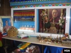 俄罗斯佛教社团供奉的达赖喇嘛像。(美国之音白桦拍摄)