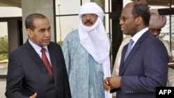 Ibrahim Ag Mohamed Assaleh (L), leader of a team of National Liberation Movement of Azawad (MNLA) speaks to Burkina Faso's minister of foreign affairs Dijbril Bassolé (R) in Ouagadougou, Burkina Faso, June 9, 2012