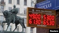 2014年12月1日,莫斯科街头的电子显示牌显示汇率的变化信息。