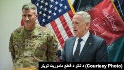 د امریکا د دفاع وزیر جیم متیس په افغانستان کې د ناټو او امریکایي ځواکونو عمومي قوماندان سره په یو گډ خبري کنفرانس کې