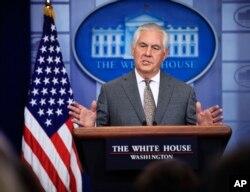 렉스 틸러슨 미 국무장관이 20일 백악관 정례브리핑에서 북한을 테러지원국으로 지정한 배경을 설명하고 있다.