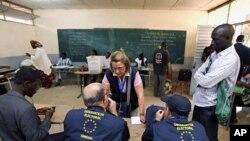2月26号,欧盟观察员看着塞内加尔总统选举官员点票。