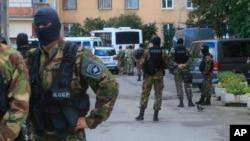 俄罗斯联邦安全局的特种部队2016年8月17日对圣彼得堡市郊一栋公寓楼中疑似伊斯兰叛乱分子进行突袭。