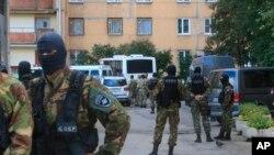 Сотрудники ФСБ в ходе операции в России. Фото АП
