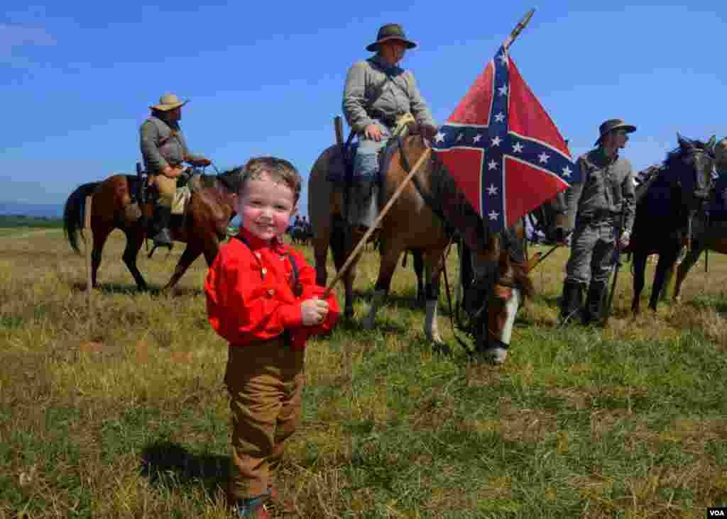 Мальчик с боевым флагом конфедератов