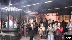 台北行天宫过年虔诚的拜拜