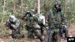 在北卡州盖格军营身穿防生化武器袭击设备的海军陆战队员在进行障碍训练。(资料照)