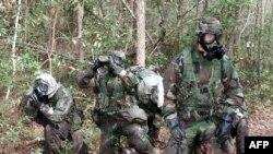 Soldados de la Infantería de Marina de EE.UU. durante un ejercicio de obstáculos con trajes de protección contra sustancias químicas y biológicas en Camp Geiger, Carolina del Norte, Nov. 1, 2001.