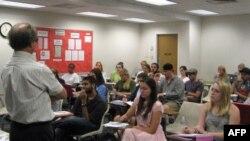 Giáo sư đại học Rick Halperin, đang đứng lớp, là người thúc đẩy môn nhân quyền trở thành môn học chính được cấp bằng tốt nghiệp