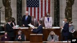 Vice=président Mike Pence, républicain, azali kokamba milulu mya bondimi bilembo ya maponami ya mokonzi ya mboka, na Congrès, Capitole, Washington, 6 janvier 2020.