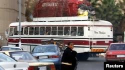 Un bus surchargé sur la route vers le Zimbabwe, de Johannesburg, le 25 juillet 2006.