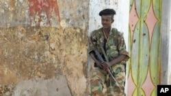 图为激进组织青年党撤离索马里首都摩加迪沙之后,索马里政府军士兵8月6日予以接管