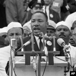 """ທ່ານ Martin Luther King Jr. ກ່າວຄໍາປາໃສ """"I Have a Dream-ຂ້ອຍມີຄວາມຝັນ"""" ທີ່ມີຊື່ສຽງ ຂອງທ່ານ ຢູ່ອະນຸສາວະລີລິງຄອນ ໃນປີ 1963."""