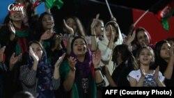 خانواده های افغان به شمول زنان و کودکان نیز برای تماشای این رقابت در استدیوم حضور یافتند