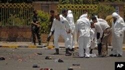 Cảnh sát pháp y tìm kiếm chứng cớ tại hiện trường sau vụ tấn công tự sát