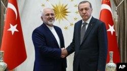 Eron Tashqi ishlar vaziri Muhammad Javod Zarif (chapda) Turkiya Prezident Rajab Toyib Erdog'an bilan, Anqara, Turkiya, 12-avgust, 2016-yil.