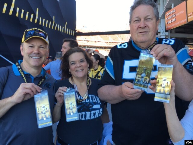 Fans are holding gold tickets for the Super Bowl 50 football game, San Francisco, California, Sunday, Feb. 7, 2016. (photo: P. Brewer/VOA)