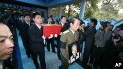 在刘少奇夫人王光美的葬礼上,刘源将军抱着母亲的遗像(2006年10月21日)外界曾传说刘源会进入中央军委。