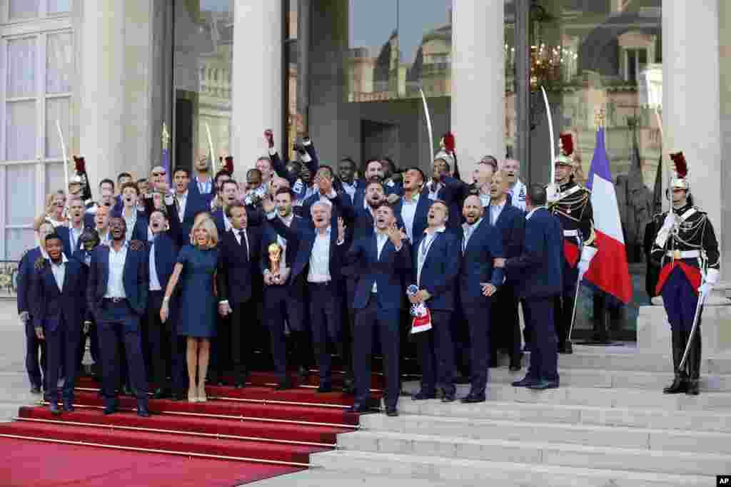 اعضای تیم ملی فوتبال فرانسه که روز یکشنبه برای دومین بار قهرمان جهان شد، در کاخ الیزه با امانوئل ماکرون دیدار کرد.