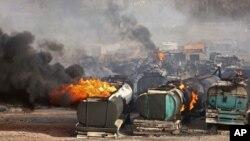 지난 5일 아프가니스탄 카불 외곽에서 유조차들의 탈레반의 소행으로 보이는 공격을 받아 불타고 있다. (자료사진)