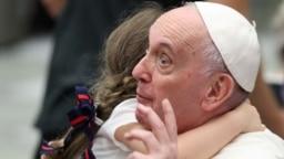 Devojčica grli papu Franjutokom nedeljne audijencije u Holu pape Pola VI u Vatikanu (Foto: Reuters/Yara Nardi)