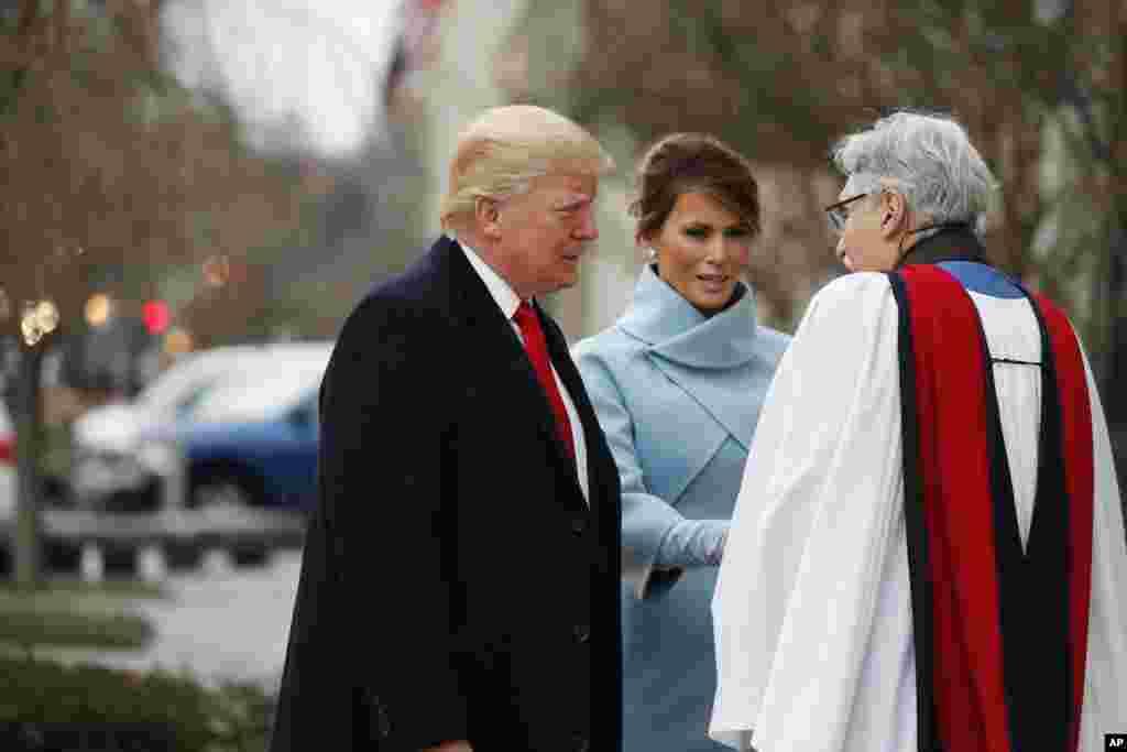 Mục Sư Luis Leon đón ông bà Donald Trump và Melania khi họ đến nhà thờ St. John's Episcopal Church đối diện Tòa Bạch Ốc để làm lễ sáng 20 tháng Giêng. (AP Photo/Alex Brandon)