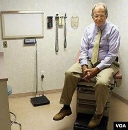 Seorang pasien pria melakukan pemeriksaan kanker prostat di sebuah rumah sakit AS (foto: dok).