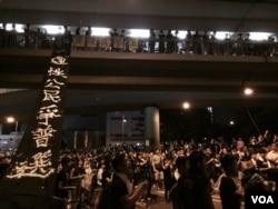香港佔領中環啟動第二日晚,佔據金鐘政府總部對出馬路的示威者,擴散到灣仔 (美國之音湯惠芸攝)