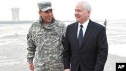 카불에 도착 패트레이어즈 연합군 사령관을 만나는 게이츠 장관 (우)