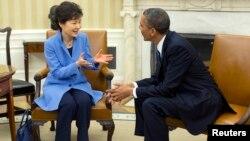 အေမရိကန္သမၼတ Barack Obama နဲ႔ ေတာင္ကုိရီးယားသမၼတ Park Geun-hye တို႔ အိမ္ျဖဴေတာ္မွာ ေတြ႔ဆံုစဥ္ (၇ ေမ ၂၀၁၃)