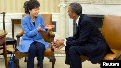 အိမ္ျဖဴေတာ္မွာ အေမရိကန္သမၼတ Barack Obama နဲ႔ ေတာင္ကိုရီးယားသမၼတ Park Geun-Hye တို႔ ေတြ႔ဆံုေဆြးေႏြးေနစဥ္ (၇ ေမ ၂၀၁၃)