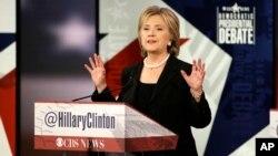 Hillary Clinton, calon kuat untuk nominasi Capres Partai Demokrat tampil dalam debat di Des Moines, Iowa, Sabtu (14/11).