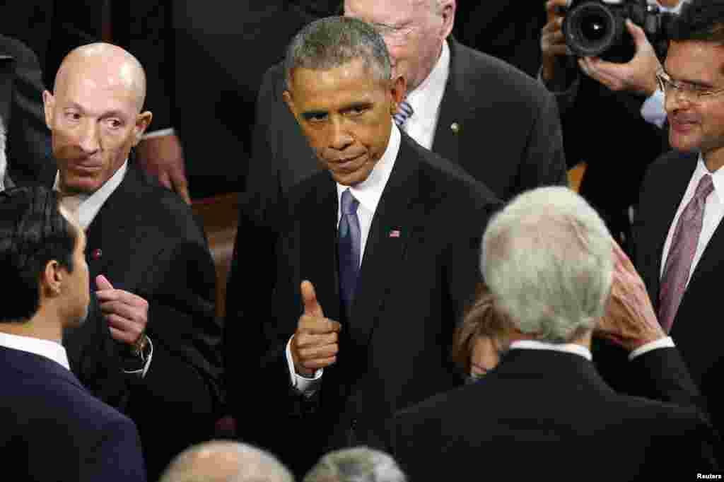 U.S. President Barack Obama gives a thumbs up to Secretary of State John Kerry (R) as he departs after concluding his State of the Union address to a joint session of the U.S. Congress on Capitol Hill in Washington, Jan.20, 2015.