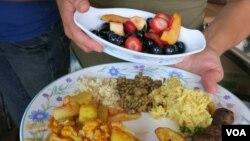 Hasil kebun yang segar diubah menjadi makanan sehat di Kebun Eco City. (VOA/Rosanne Skirble)