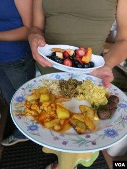 Fresh produce turns into a feast at Eco City Farms. (Rosanne Skirble/VOA)