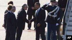 美國總統奧巴馬抵達阿姆斯特丹史基浦機場,與前來迎接的荷蘭外相蒂默曼斯握手。(2014年3月24日)