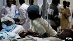 Warga yang terluka dalam serangan granat di sebuah halte bus di ibukota Kenya dirawat di rumah sakit Kenyatta, Nairobi (10/3).
