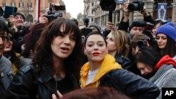 Rose McGowan (D) et Asia Argento lors d'une manifestation pour marquer la Journée internationale de la femme à Rome, le 8 mars 2018.