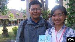 Putu Ayu Suastidewi (kanan) dan I Nyoman Agus Aryawan bersama buku hasil penelitian mereka bersama tiga orang lainnya dari SMUN 3 Denpasar. (Foto: VOA)