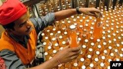 Công nhân Ấn Độ làm việc tại nhà máy Coca Cola ở Chennai