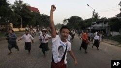 2010년 11월 버마 양곤시에서 반정부 시위를 벌이는 인권 운동가들. (자료사진)
