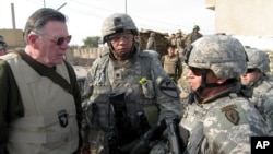 General Kin u razgovoru sa američkim vojnicima