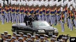 1일 충남 계룡시 계룡대에서 열린 건군 66주년 국군의 날 기념식에서 박근혜 한국 대통령(오른쪽)이 한민구 국방 장관과 함께 차를 타고 행사장으로 입장하고 있다.
