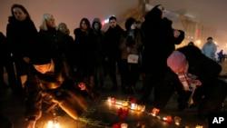 悼念者在基輔獨立廣場默哀一分鐘