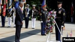 Predsednik Barak Obama polaže venac na grob neznanog junaka