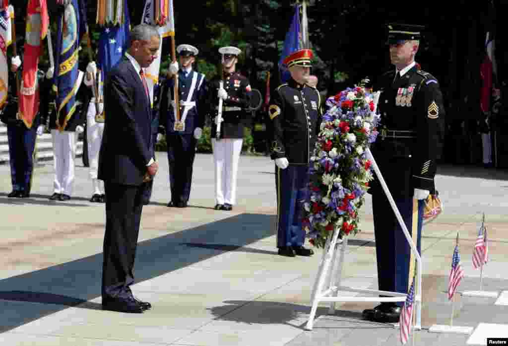 Shugaban Amurka Barak Obama ya sanya furanni a kan kabarin wani soja.