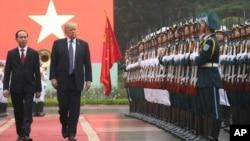 Tổng Thống Mỹ Donald Trump (phải) và Chủ tịch Việt Nam Trần Đại Quang tại Hà Nội, ngày 12/11/2017.